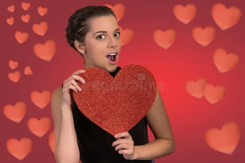 Mooie Vrouw met Groot Rood Hart stock afbeeldingen