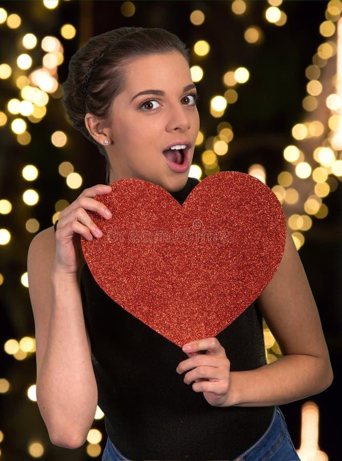 Mooie Vrouw met Groot Rood Hart stock foto