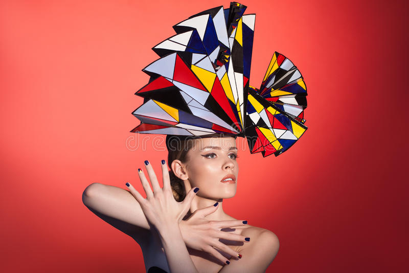 Mooie vrouw met grote hoed op haar hoofd stock afbeelding