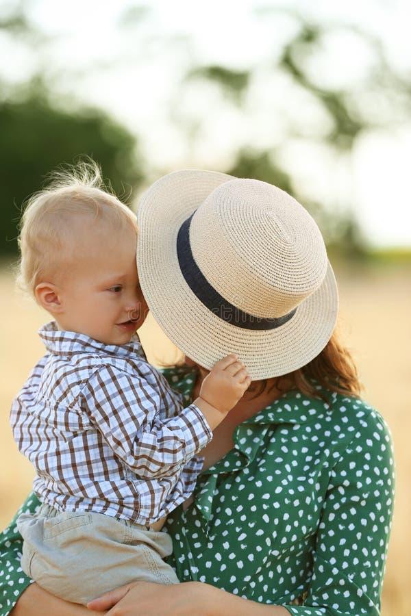 Mooie vrouw met haar weinig zoon in openlucht op de zomerdag royalty-vrije stock foto