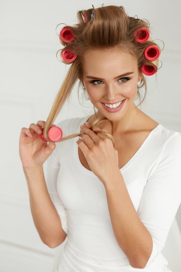 Mooie Vrouw met Haarkrulspelden, Haarrollen op Gezonde Krullend stock afbeeldingen