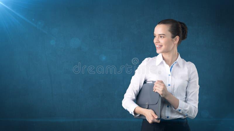 Mooie vrouw met haarverbod in wit rok dicht omhooggaand portret met grijze aktentas, geïsoleerde achtergrond Bedrijfs concept royalty-vrije stock fotografie