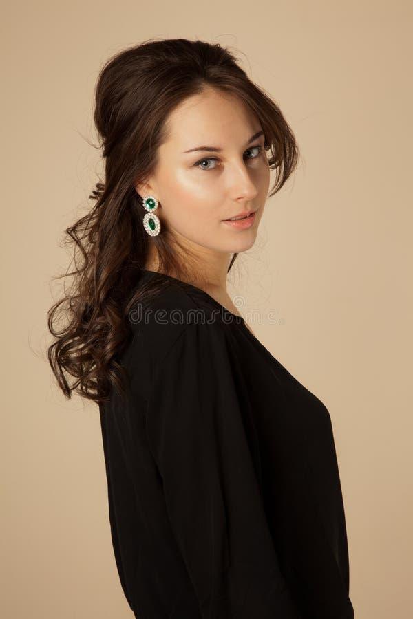 Mooie vrouw met hairstylePicture van mooie donkerbruine vrouw met kapsel stock fotografie