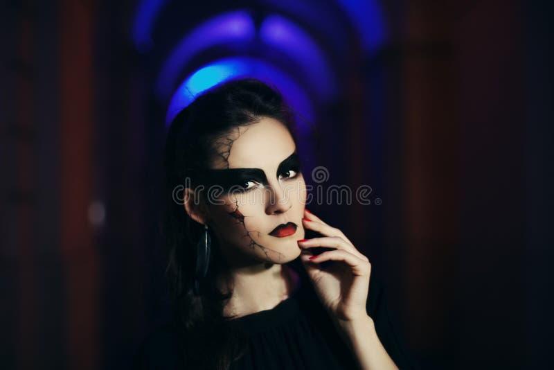 Mooie vrouw met Halloween-make-up Sluit omhoog het portret van de straatnacht gestemd royalty-vrije stock foto's