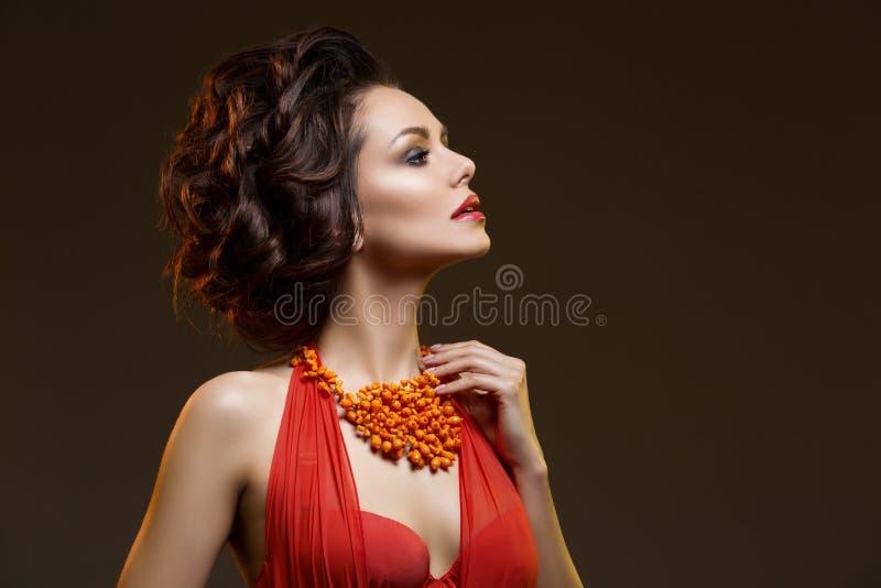 Mooie vrouw met halsband stock foto