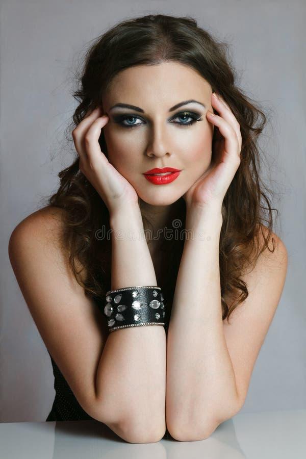 Mooie vrouw met handen stock afbeeldingen