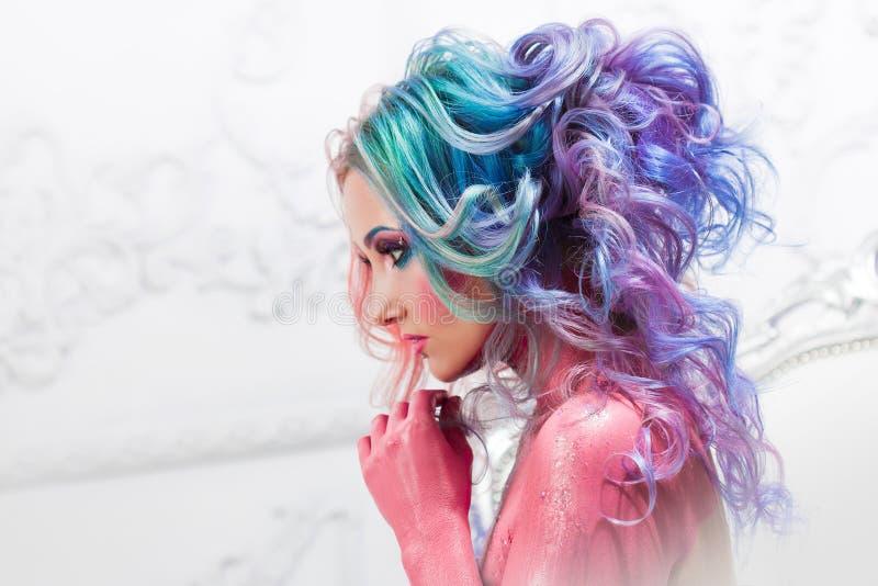 Mooie vrouw met helder haar Heldere haarkleur, kapsel met krullen stock foto's