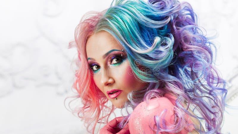 Mooie vrouw met helder haar Heldere haarkleur, kapsel met krullen royalty-vrije stock foto