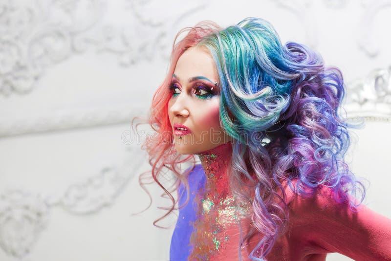 Mooie vrouw met helder haar Heldere haarkleur, kapsel met krullen royalty-vrije stock fotografie