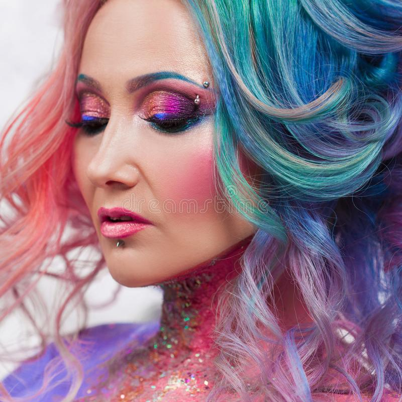 Mooie vrouw met helder haar Heldere haarkleur, kapsel met krullen stock afbeeldingen