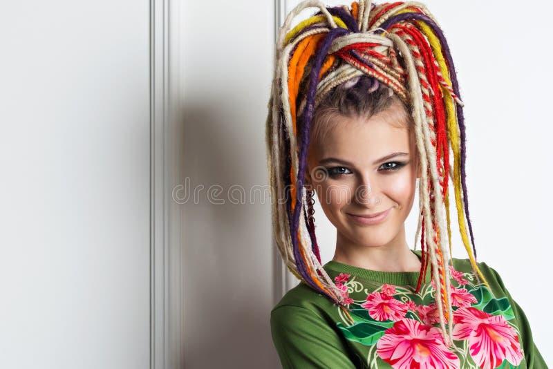 Mooie vrouw met heldere kleuren dreadlocks stock fotografie