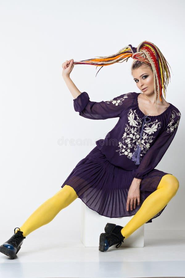 Mooie vrouw met heldere kleuren dreadlocks royalty-vrije stock foto's