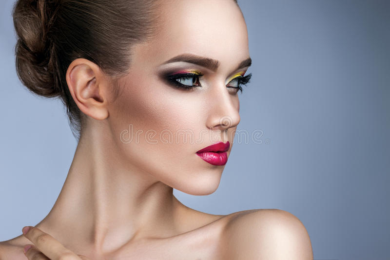 Mooie vrouw met heldere make-up royalty-vrije stock afbeelding