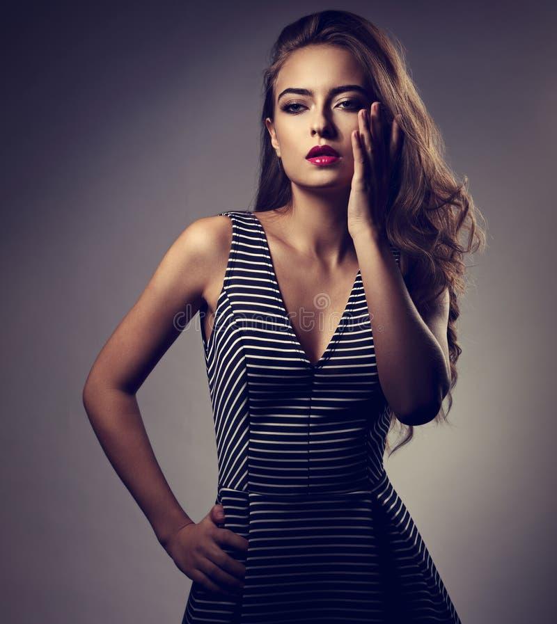 Mooie vrouw met heldere make-up en lang haar, roze lippenstift stock fotografie