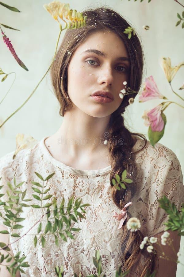 Mooie vrouw met herbarium van bloemen op glas stock afbeeldingen