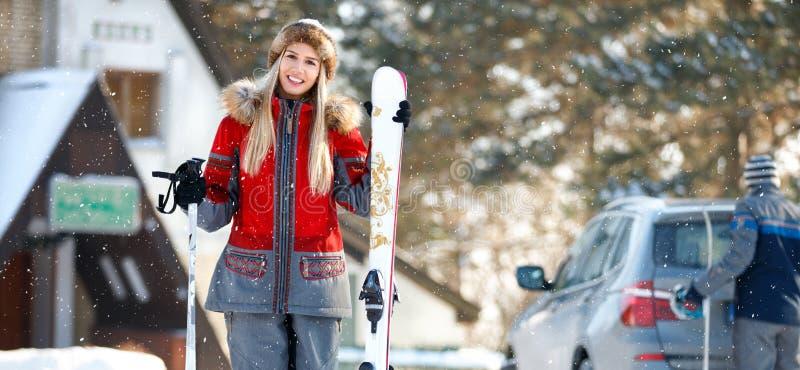 Download Mooie Vrouw Met Het Ski?en Materiaal Stock Afbeelding - Afbeelding bestaande uit vakantie, mensen: 107706115