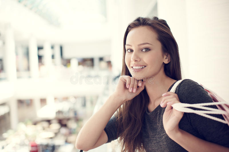 Mooie vrouw met het winkelen zakken in grote wandelgalerij stock afbeelding