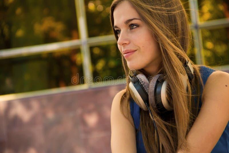 Mooie Vrouw met Hoofdtelefoons stock fotografie