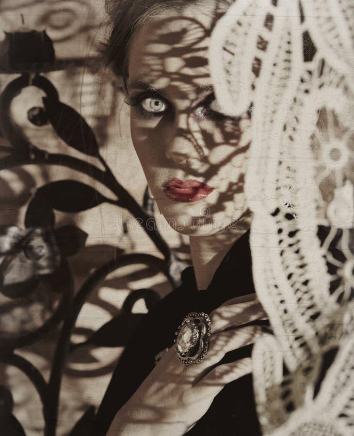Mooie vrouw met kantschaduwen royalty-vrije stock fotografie