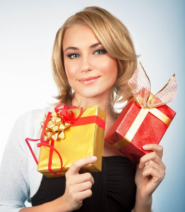 Mooie vrouw met Kerstmisgiften stock afbeelding