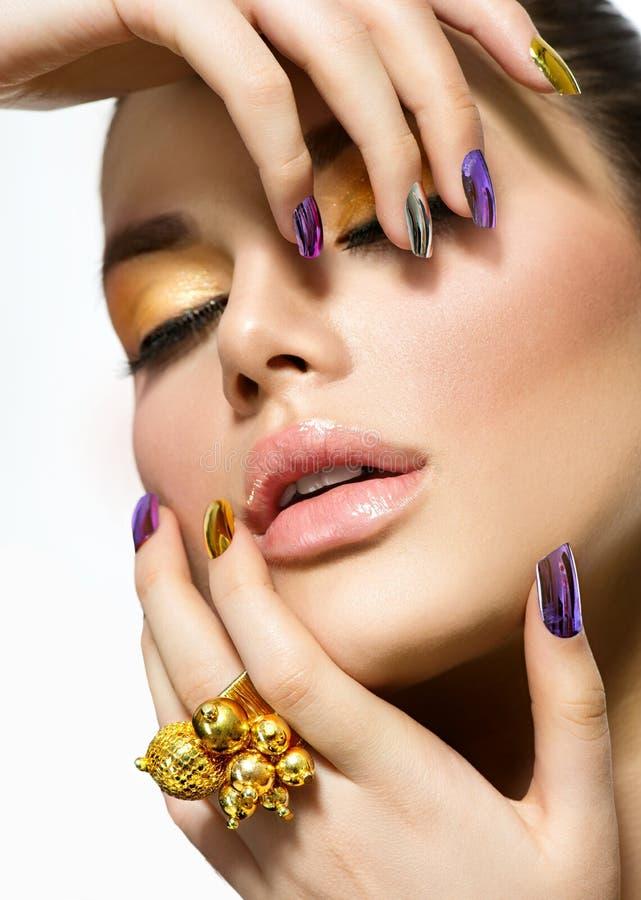 Mooie vrouw met kleurrijke spijkers royalty-vrije stock fotografie