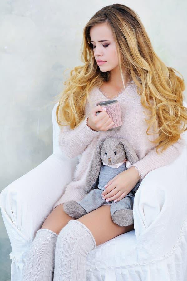 Mooie vrouw met koffie en konijnstuk speelgoed stock afbeeldingen