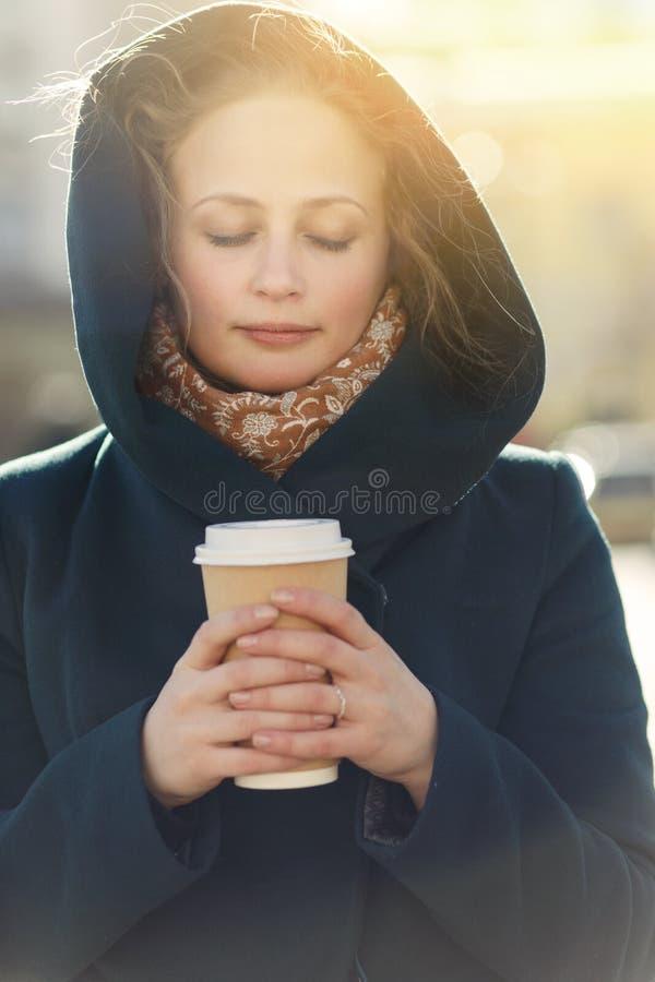 Mooie vrouw met koffieclose-up stock foto