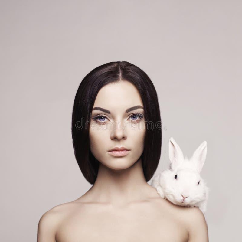 Mooie vrouw met konijn stock foto