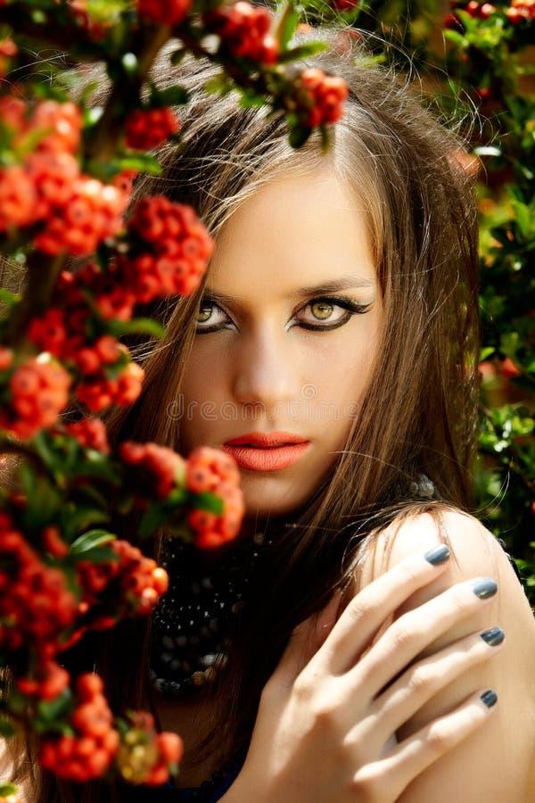 Mooie vrouw met koraallippen royalty-vrije stock afbeeldingen