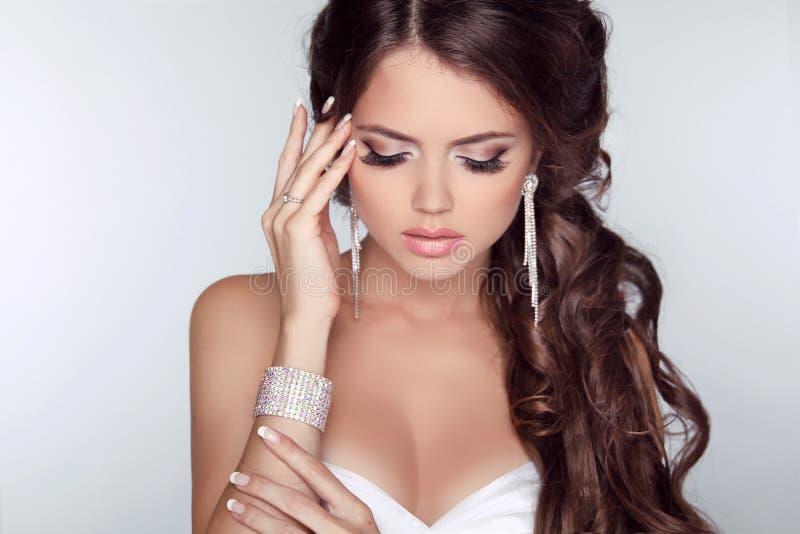 Mooie vrouw met krullende haar en avond geïsoleerde samenstelling stock afbeeldingen