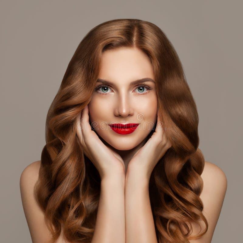 Mooie vrouw met lang rood gezond krullend haar Leuk roodharigemeisje met krullend kapsel royalty-vrije stock afbeeldingen