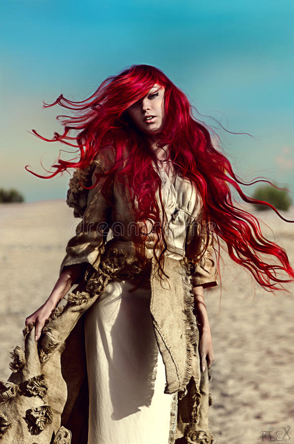 Mooie vrouw met lang rood haar royalty-vrije stock foto