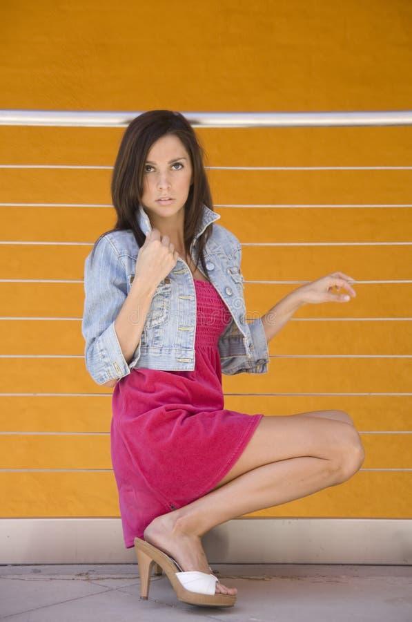 Mooie Vrouw met lange benen stock afbeeldingen