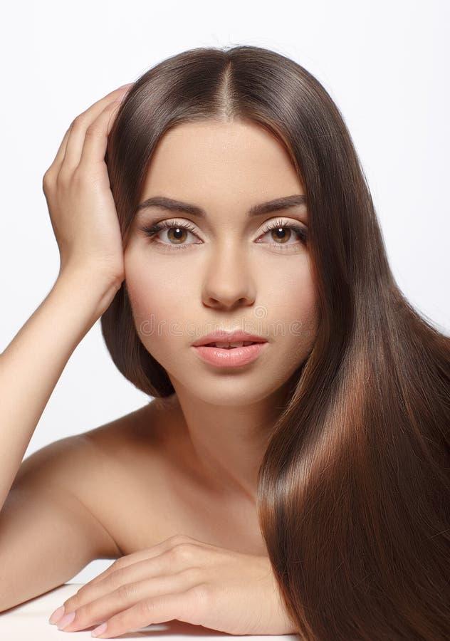 Mooie vrouw met lange bruine rechte die haren - op whi worden geïsoleerd stock afbeeldingen