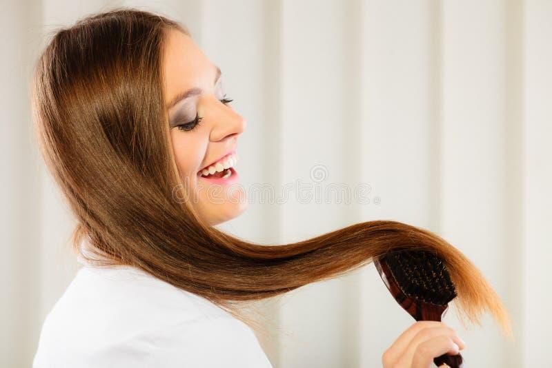 Download Mooie Vrouw Met Lange Haar En Borstel Stock Afbeelding - Afbeelding bestaande uit coiffure, hairbrush: 54091347