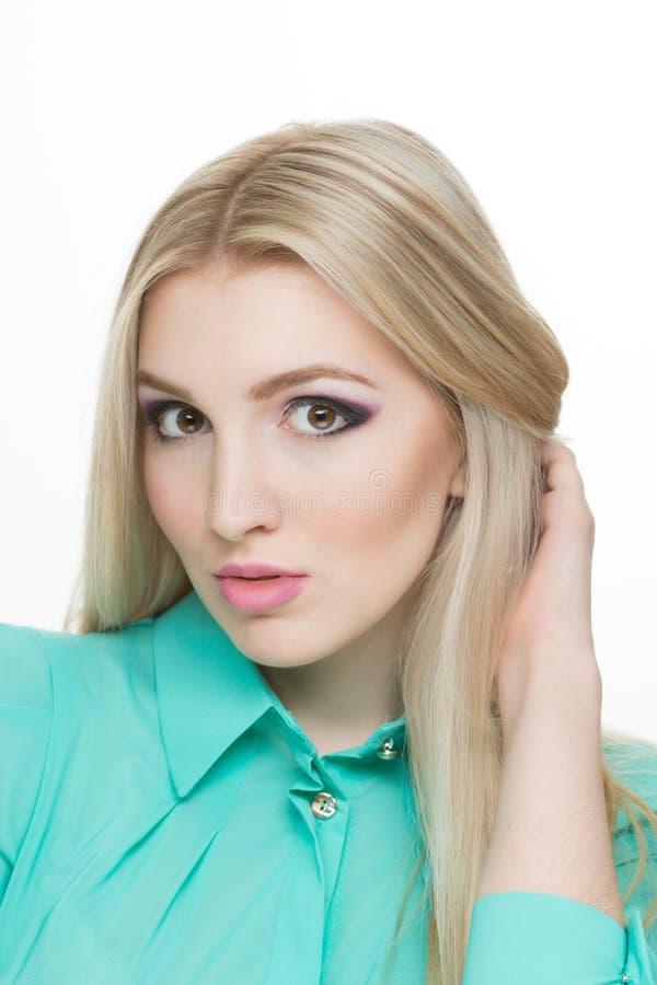 Mooie vrouw met lange rechte blonde haren stock fotografie
