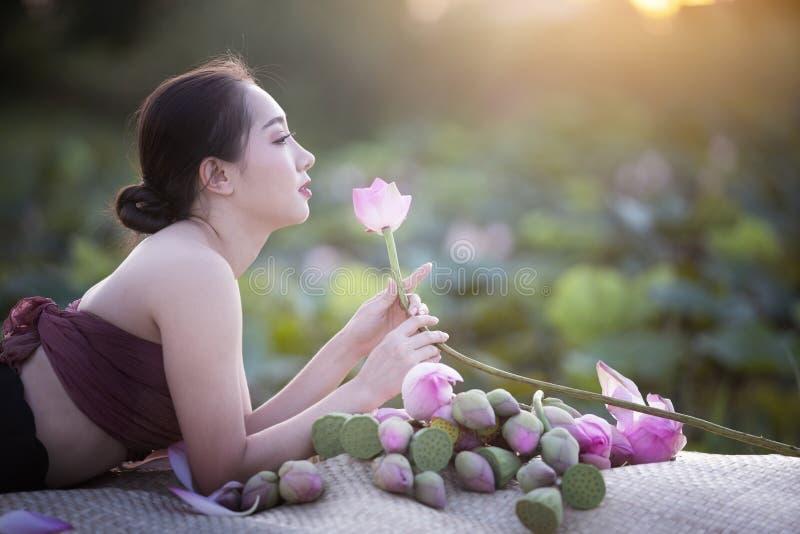 Mooie vrouw met lotusbloembloem royalty-vrije stock foto
