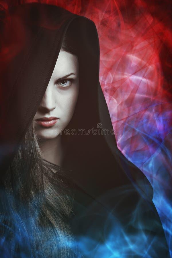 Mooie vrouw met magische lichten royalty-vrije stock afbeelding