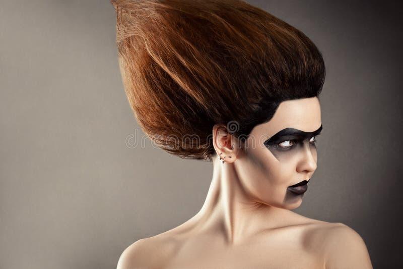 Mooie vrouw met manierkapsel en creatieve make-up stock afbeelding