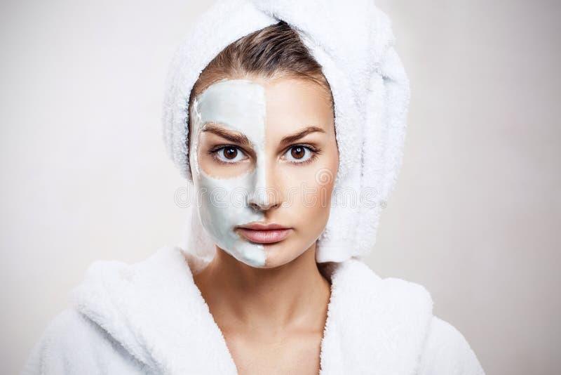 Mooie vrouw met masker op haar gezicht royalty-vrije stock fotografie