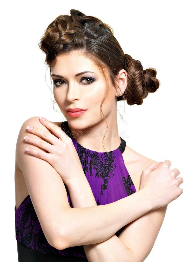 Mooie vrouw met modieus kapsel met vlechtenontwerp royalty-vrije stock fotografie