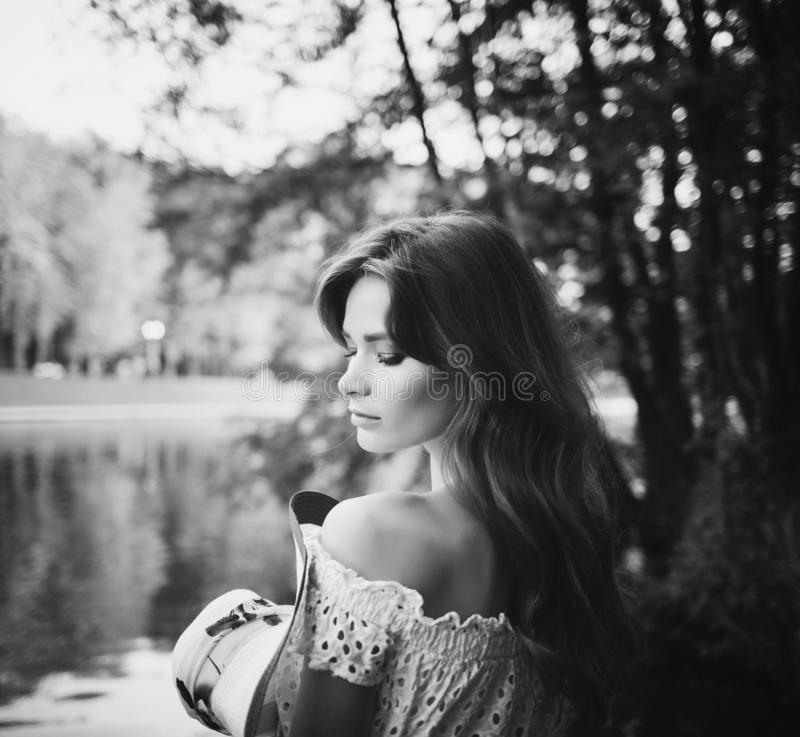 Mooie vrouw met naakte schouders royalty-vrije stock afbeelding