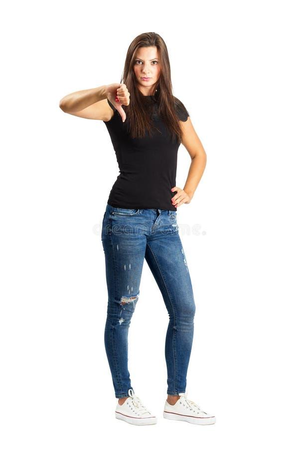 Mooie vrouw met neer duim stock afbeelding