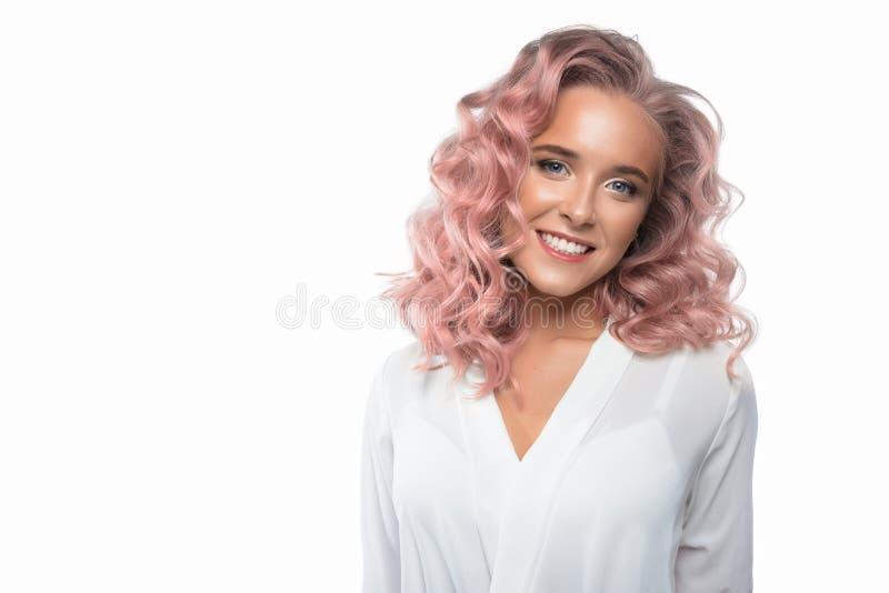Mooie vrouw met pastelkleur roze haar stock afbeelding