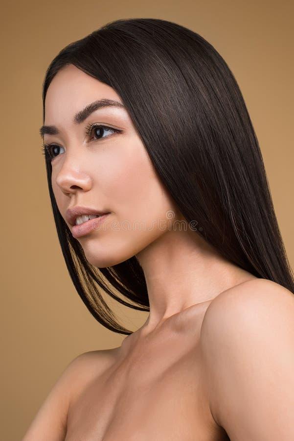 Mooie Vrouw met Perfect die de Studioportret van de Huidschoonheid op Beige Achtergrond wordt geïsoleerd royalty-vrije stock foto