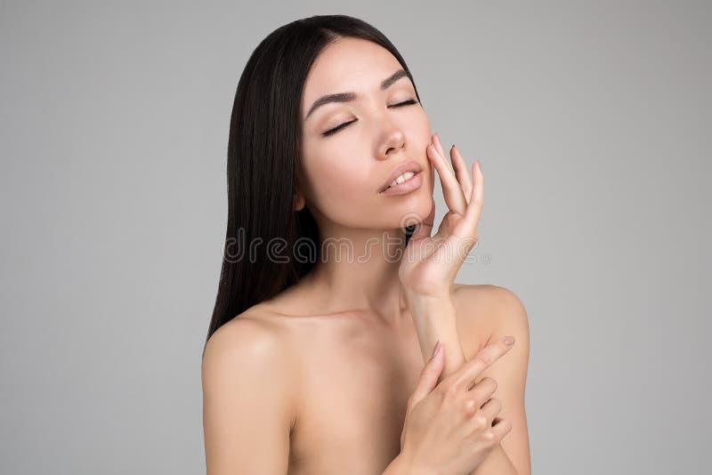Mooie Vrouw met Perfect die Huidportret op Gray Background wordt geïsoleerd stock fotografie