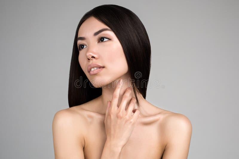 Mooie Vrouw met Perfect die Huidportret op Gray Background wordt geïsoleerd royalty-vrije stock foto