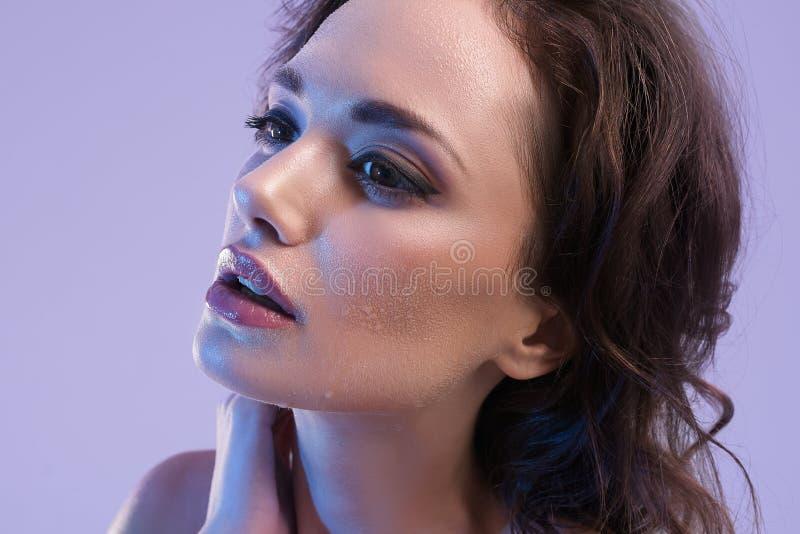 Mooie Vrouw met Perfecte Huid en het Blauwe Lichte Portret van de Schoonheidsstudio royalty-vrije stock foto's