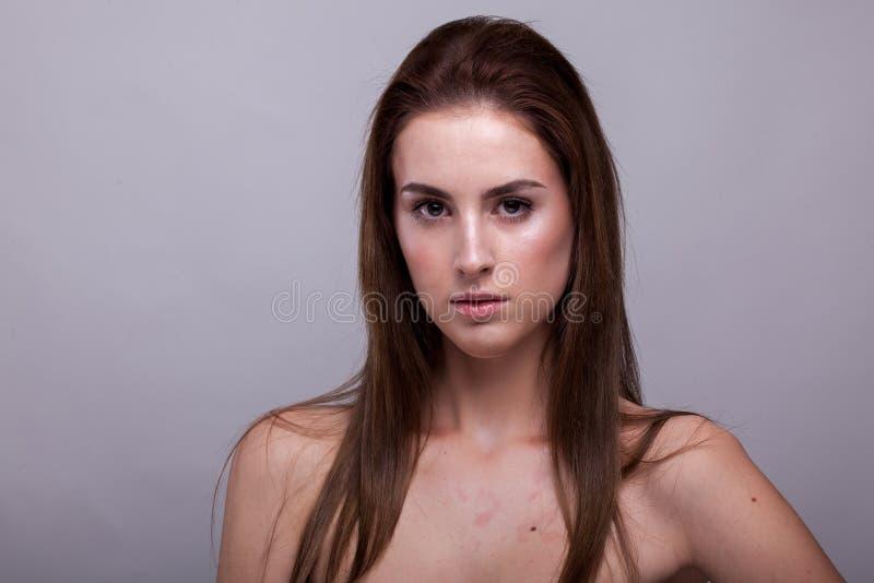 Mooie vrouw met perfecte huid op grijze achtergrond royalty-vrije stock foto