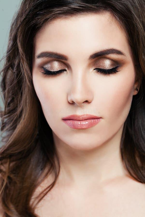 Mooie vrouw met perfecte make-up Bruine oogschaduw royalty-vrije stock foto's